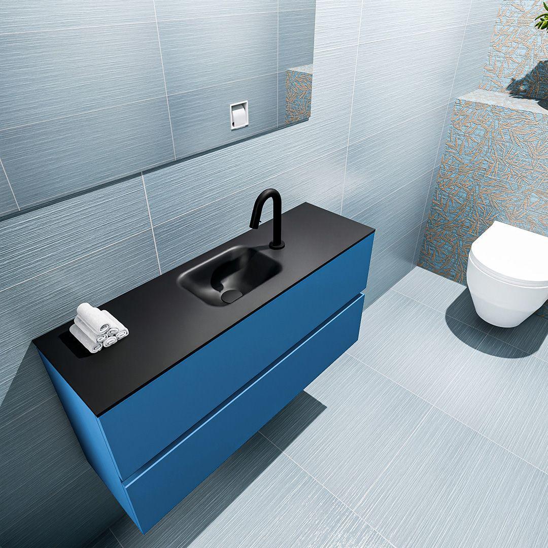 zwarte wastafel 30 cm diep met blauwe onderkast en 2 lades met kraangat