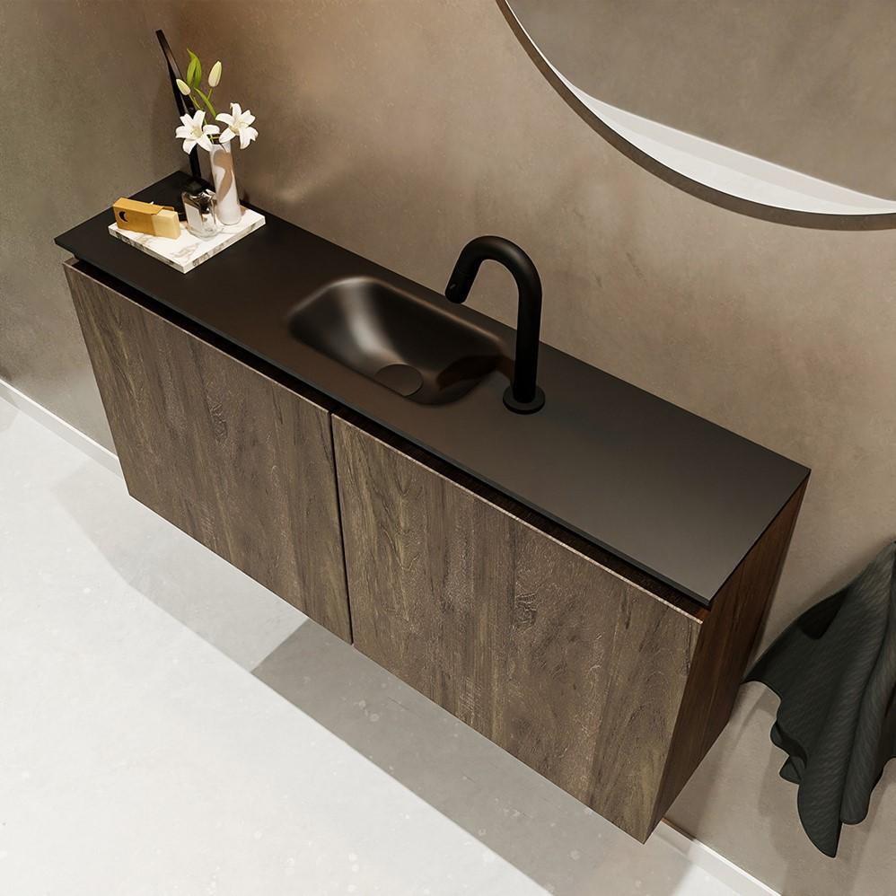 fonteinkast in donker bruine hout kleur met 2 deuren met zwarte solid surface wastafel